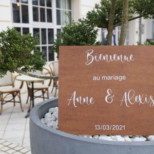 panneau de bienvenue de mariage en bois avec écriture blanche