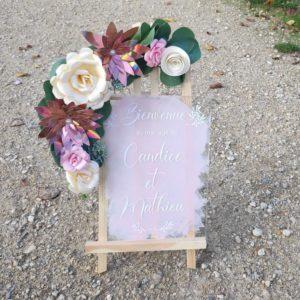 Panneau de bienvenue rose poudré avec écriture des prénolms en calligrpahie blanche