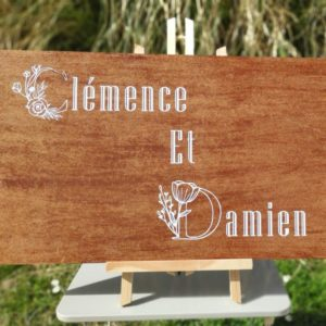 panneau mariage personnalise sur bois avec ecriture blanche fleurie