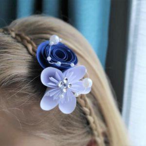 accessoire de cheveux mariee origami bleu et blanc avec une fleur en etoile et une fleur en spirale et une décoration en strass et perles d'eau