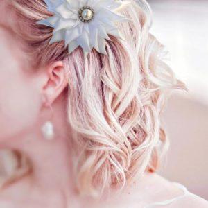 accessoire de cheveux mariee fleur kansashi blanche fleur en tissu kansashi pour coiffure de mariage idealisa