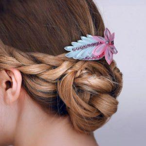accessoire de cheveux mariee fleur kansashi blanche et rose fleur en tissu kansashi pour coiffure de mariage idealisa