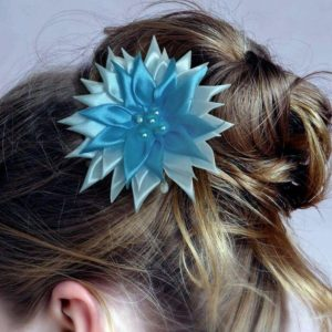 accessoire de cheveux mariee fleur kansashi blanche et turquoise fleur en tissu kansashi pour coiffure de mariage idealisa