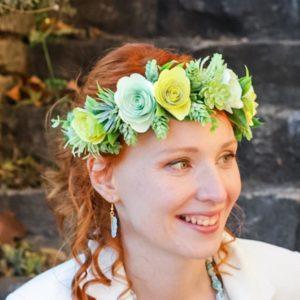 couronne de fleurs origami jaune et verte en papier et feuillage synthétique par idealisa