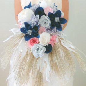 bouquet de mariage origami tombant bleu marine, rose, argente et papier blanc avec des notes de musique