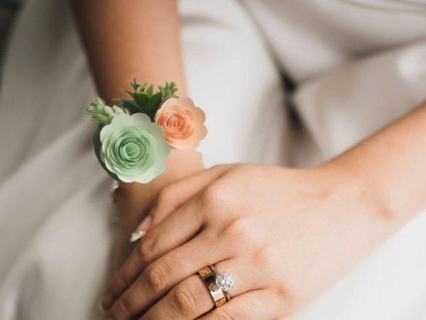 bracelet de mariage origami menthe et corail avec des roses en spirales alveolees et du feuillage artificiel
