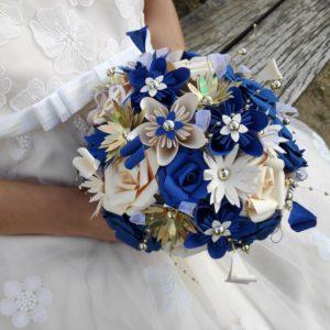 bouquet de mariee origami bleu, creme et dore avec diiferentes fleurs realisees en papier et decoration de perles doree