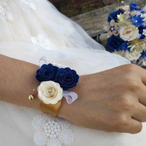 bracelet de mariage origami bleu, creme et dore realise avec des fleurs en papier origami et orne de decoration en perles dorees