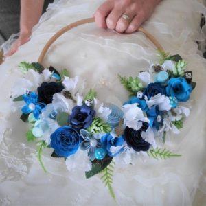 bouquet de mariee couronne alice au pays des merveilles avec fleurs origami bleues et blanches et feuillage artificiel