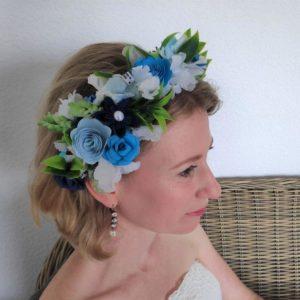 couronne de fleur origami alice au pays des merveilles avec fleurs bleues et blanches et feuillage artificiel